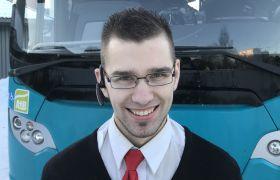 Bussjåfør Marius Helstad foran bussen.