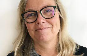 Portrettfoto av psykiater Inger Marie Waage med hvit bakgrunn.