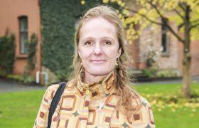 Portrettbilde av førsteamanuensis i anvendt økologi Inger Elisabeth Måren. Brun skulderveske på venstre skulder. Brunt hår, brune øyne. Blomstrete, gul bluse.