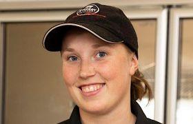 Portrettbilde av Emma Lindseth Gausen, i svart T-skjorte og caps, håret er bak
