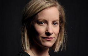 Portrettbilde av scenograf og kostymedesigner Mari Lotherington iført svarte klær.