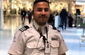 Vekter Vegard Anthun er iført uniform og står i kjøpesenteret han jobber.