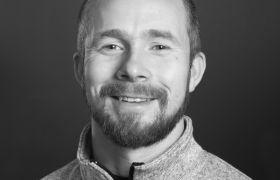 Portrettfoto i svart-hvitt av innkjøper Yngve Hegge