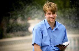 Misjonær med bibelen i hånden
