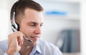 Supportkonsulent tar imot kunde på telefon.