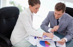 To personer analyserer grafer