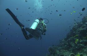 Yrkesdykker som jobber under vann