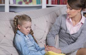 Barne- og ungdomspsykolog i samtale med et barn som gråter