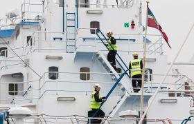 Illustrasjonsbilde av tollere som kontrollerer eit skip.