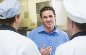 Kostøkonom prater med kokker