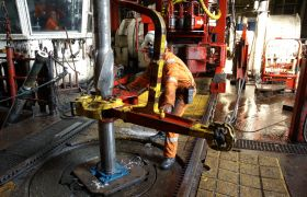 Havbunnsinstallatør jobbar med stor hydraulisk installasjon