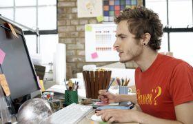 Illustrasjonsbilde av en mann foran en datamaskin.