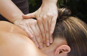 Massasjeterapeut masserer nakke