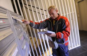 Postbud leverer post