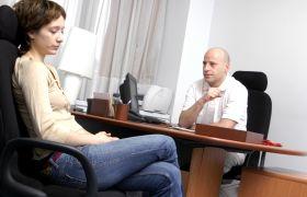 Ung kvinne i møte med barne- og ungdomspsykiater.