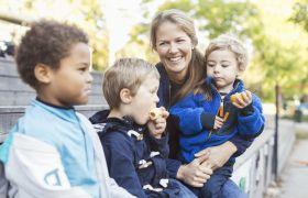 Barnehagelærar saman med barn.