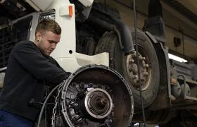 Bilmekaniker jobber med motor til trailer