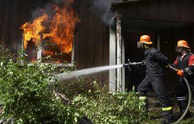 Brannkonstabel slukker brann