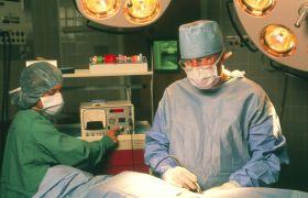 Bryst- og endokrinkirurg opererer lymfeknuter under armhulene på en pasient. Senere skal lymfeknutene undersøkes for kreftceller.