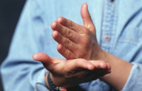 tegnspråktolk gjør tegn