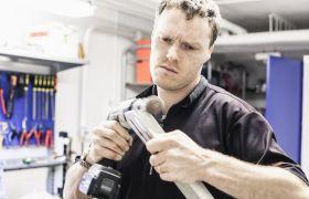 Driftsoperatør idrettsanlegg sliper skøyter.