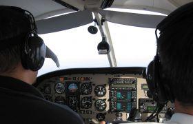 Flyinstruktør og elev i cockpit