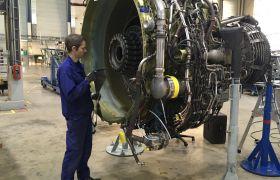 Flymotormekaniker i arbeid
