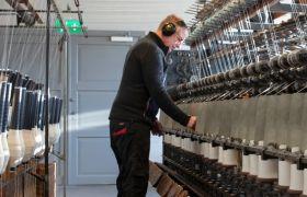 Garnframstiller sjekker maskinene