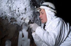 Forsker studerer isformasjon i en hule