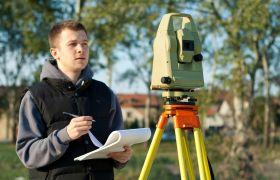 Geograf foretar landmåling