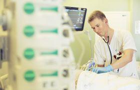 Illustrasjonsbilde av intensivsykepleier i arbeid.