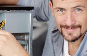 IT-adminsitrator reparerer en PC