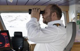Kaptein ser på horisonten i kikkert