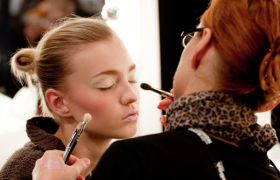 Kosmetolog sminker en klient.