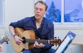 Lektor gir musikkundervisning.