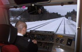 Lokfører tar en stopp på Åsta togstasjon på Rørosbanen.