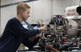 Mekaniker jobber med helikoptermotor