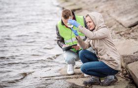 Forskere gjør vannanalyse.