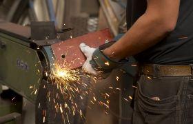 Modellbygger jobber med metall