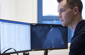 Nettverkstekniker jobber foran PC