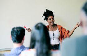 Pedagog underviser voksne elever i klasserom