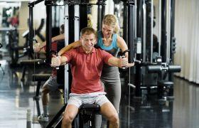 Personlig trener instruerer klient