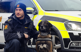 Politibetjent med politihund