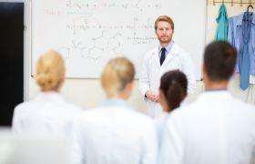 Professor underviser ein gruppe studentar.