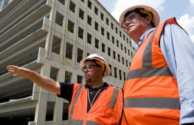 Sivilingeniørar på byggeplass.