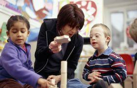 Spesialpedagog underviser barn.