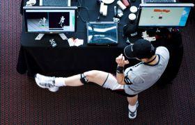 Mann tester spilldesign på Game Design Expo 2009.