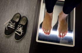 Ortopeditekniker scanner føtter som plages av «Conversesyken».