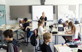Kvinnelig adjunkt som underviser i klasserom