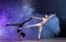 To dansarar dansar moderne dans